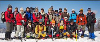 仲の良いクラブメンバーと雪山を楽しむ