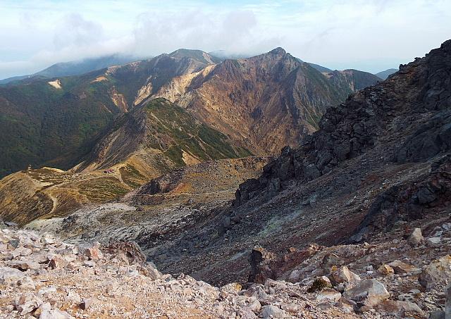 茶臼から朝日岳を望む
